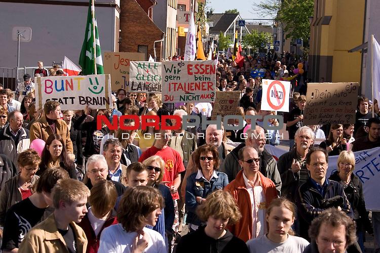 Zeichen gegen Rechts zu setzen,  dieses was der Hintergrund einer Kundgebung vom Vechtaer BŁndnis<br /> ,, Bunt statt Braun&quot; gegen die  NPD in der nieders&scaron;chsischen Kreisstadt. In einer Ansprache betonte Vechtas BŁrgermeister Uwe Bartels, dass der Widerstand gegen Rechts im Oldenburger MŁnsterland Tradition habe. Zigtausende trafen sich am 1. Maifeiertag auf dem Marktpatz zu einer BŁrgerversammlung und UmzŁgen durch die Kreisstadt, u.a. ein Schweigemarsch zum Synagogen-Gedenkstein. <br /> <br /> Gleichzeitig veranstaltete das BŁndnis gegen Rechts Vechta/Diepholz ebenfalls eine Demo durch die Innenstadt von Vechta zur Uni zur Abschlusskundgebung. Dort kam es zu einer kurzfristigen Personenkontrolle eines Demoteilnehmers, was in der Menge fŁr Unruhe sorgte. <br /> <br /> Foto: Bunt statt Braun, das Motto des Vechtaer BŁndnis gegen die NPD<br /> <br /> Foto: &copy; nph ( nordphoto  )<br /> <br />  *** Local Caption ***