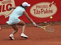 BOGOTA - COLOMBIA - 16-04-2016: Silvia Soler de España,  devuelve la bola a Paula Goncalves de Brasil, durante partido por el Claro Colsanitas WTA, que se realiza en el Club El Rancho de Bogota. / Silvia Soler of Spain, returns the ball to Paula Goncalves of Brazil, during a match for the WTA Claro Colsanitas, which takes place at Club El Rancho de Bogota. Photo: VizzorImage / Luis Ramirez / Staff.