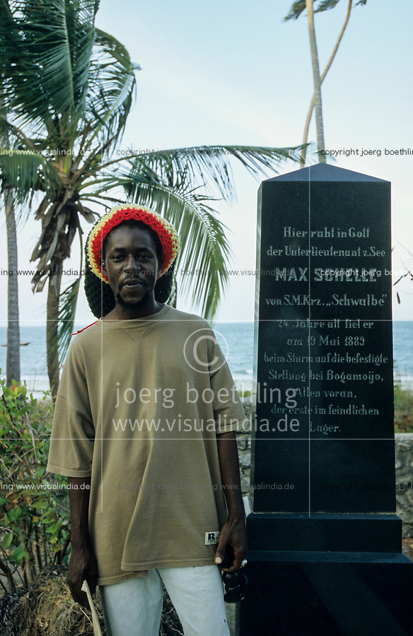TANZANIA, Bagamoyo, german cemetery from colonial time, grave of german seaman / TANSANIA, Bagamoyo, Friedhof aus der deutschen Kolonialzeit Deutsch-Ostafrika, Grab des deutschen Schiffsoffiziers Max Schelle