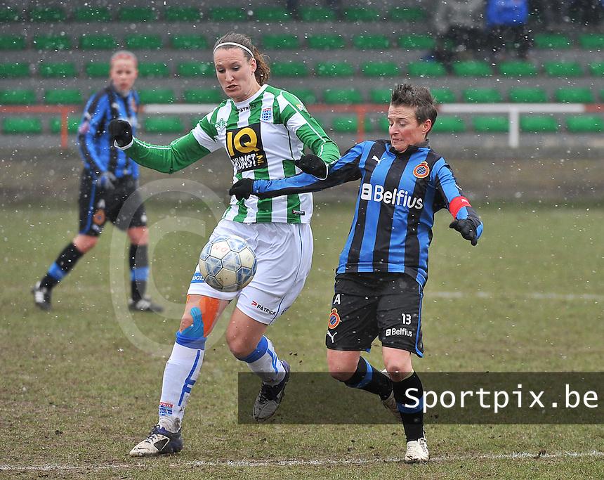 Club Brugge Dames - PEC Zwolle : Lisanne Vermeulen in duel met Christine Saelens.foto DAVID CATRY / Vrouwenteam.be
