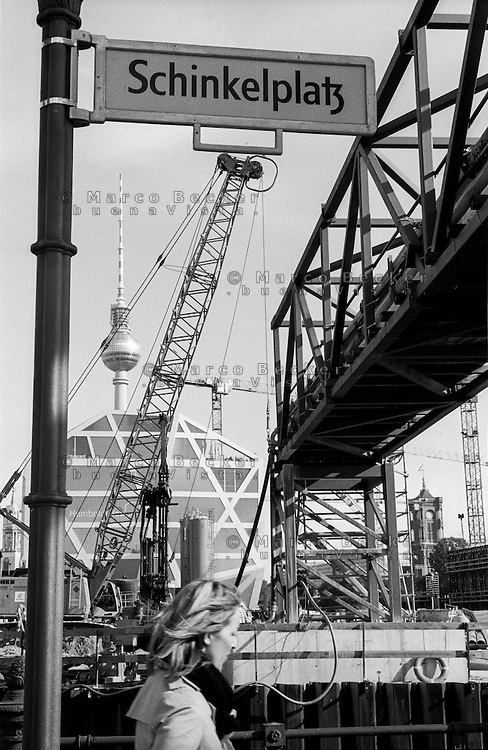 Berlino, quartiere Mitte. Gru al cantiere per la ricostruzione del Berliner Schloss (Castello di Berlino). Veduta da Schinkelplatz verso il Fernsehturm--- Berlin, Mitte district. Cranes at the yard for the reconstruction of the Berliner Stadtschloss (Berlin Palace). View from Schinkelplatz towards the Fernsehturm