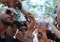 "MEDELLIN- COLOMBIA-04-05-2014. Los amantes del cannabis celebraron el Día Internacional de la Marihuana, o ""Día 420"" en alusión a la cifra que identifica a los consumidores de esta droga, con fiestas, descuentos en dispensarios legales y actos por la legalización./ The Cannabis lover celebrate the Marihuana International Day or ""420 Day"" to mention the number of cannabis consumers, they celebrate with parties, saves in legal dispensary adn legalization acts. Photo: VizzorImage/ Luis Rios"