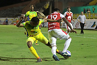 NEIVA - COLOMBIA, 25-07-2015: Kevin Agudelo (Izq) del Atlético Huila disputa el balón con Wilson Morelo (Der) del Independiente Santa Fe durante partido por la fecha 9 de la Liga Águila II 2018 jugado en el estadio Guillermo Plazas Alcid de la ciudad de Neiva. / Kevin Agudelo (L) player of Atletico Huila fights for the ball with Wilson Morelo (R) player of Independiente Santa Fe during match for the date 9 of the Aguila League II 2018 played at Guillermo Plazas Alcid in Neiva city. VizzorImage / Sergio Reyes / Cont