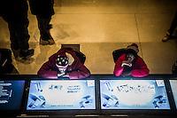 Washington- National Museum of African American History and Culture<br /> due ragazzi di colore con cappello con bandiera americana osservano dei video