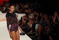 RIO DE JANEIRO, RJ, 12 DE JANEIRO 2012 - FASHION RIO - DESFILE MARIA BONITA EXTRA - Modelo durante desfile da grife Maria Bonita Extra no terceiro dia de desfiles da edição inverno 2012 do Fashion Rio, no Pier Mauá na cidade do Rio de Janeiro nesta quinta-feira, 12. (FOTO: MAURO PIMENTEL - NEWS FREE).