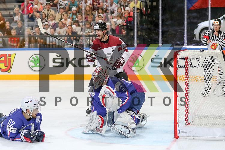 Frankreichs Huet, Cristobal (Nr.39) hat den Puck nicht, Frankreichs Chakiachvili, Florian (Nr.62) am Boden, Lativa Darzins, Laurins (Nr.10) jubelt im Spiel IIHF WC15 France vs. Lativa.<br /> <br /> Foto &copy; P-I-X.org *** Foto ist honorarpflichtig! *** Auf Anfrage in hoeherer Qualitaet/Aufloesung. Belegexemplar erbeten. Veroeffentlichung ausschliesslich fuer journalistisch-publizistische Zwecke. For editorial use only.