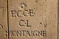 Europe/France/Aquitaine/24/Dordogne/Bergerac: Maison du vin et de la batellerie ou Musée ethnographique du vin, de la tonnellerie et de la batellerie,<br /> Porte en bois portant de nombreuses estampilles de noms et marques de marchands de vin