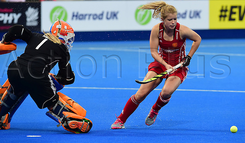 30.08.2015. Lea Valley, London, England. Unibet EuroHockey Championships Day 10. Gold Medal Final. England versus Netherlands. Sophie Bray (ENG) avoids the Dutch keeper to score
