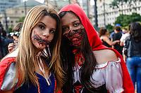 SÃO PAULO, SP, 02.11.2015 - ZOMBIE-WALK - Movimentação de pessoas fantasiadas durante o Zombie Walk, na região central de São Paulo, nesta segunda-feira (2). O evento surgiu na Califórnia em 2001 e, desde 2006, e realizado anualmente em São Paulo, sempre no Dia de Finados. (Foto: Vanessa Carvalho/Brazil Photo Press)