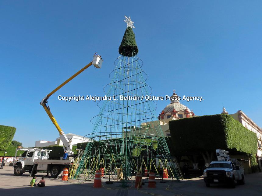 Querétaro, Qro. 17 de noviembre 2014. Trabajadores del municipio de Querétaro instalaron hoy el tradicional árbol de navidad en el jardín Guerrero, a más de un mes de que inicien las festividades. Foto: Alejandra L. Beltrán / Obture Press Agency.