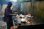NIGERIA, Lagos, Arena Market , selling of live chicken which are immediately butchered here / Verkauf von lebenden Huehnern und Schlachtung vor Ort, Schlachter Lateef Jimoh