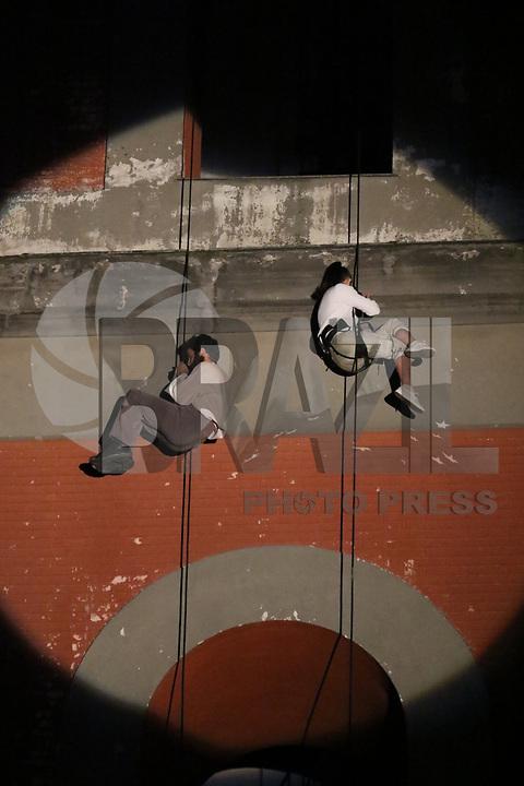 """NAPOLI, ITALIA, 22.12.2018 - ARTE-ITALIA - Artistas de rua da """"Compagnia dei Folli"""", durante a realização de dança vertical e teatro de imagem em Arzano, na província de Napoli na Italia neste sábado, 22. (Foto: Salvatore Esposito/Brazil Photo Press)"""