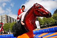 010  Moves. Evenement  met diverse  sporten op het Schouwburgplein in Rotterdam. Rodeo paardrijden