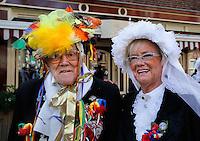 Carnavalsoptocht in Venlo. De man rechts loopt al tientallen jaren mee en is ook dit jaar, op vierennegentigjarige leeftijd, weer van de partij.