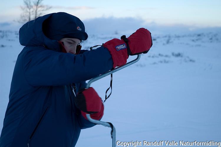Jente borer hull i isen ---- Girl drilling hole in ice