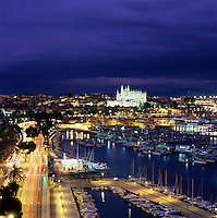 Spain, Balearic Islands, Mallorca, Palma de Mallorca: View over marina/harbour to the floodlit Cathedral (La Seu) at night