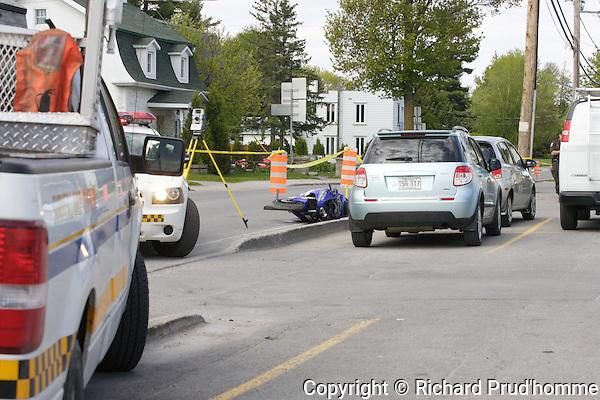 Un motocycliste de 23 ans a fait un vol plané en tentant d'échapper aux policiers de la Sûreté du Québec..Le conducteur de la moto sport a été capté par les policiers alors qu'il circulait sur la route 138 dans le secteur de Lavaltrie environ 30 km au dessus de la limite permise vers 13h30 mardi..Il a refusé de s'imobiliser mais une autre auto-patrouille se trouvait plus loin et en tentant de l'éviter, le motocycliste a heurté une bordure de trottoir et a terminé son vol plané sur un terrain gazonné..Il a été conduit à l'hôpital mais l'on ne craint pas pour sa vie. Il devra répondre à diverses accusations.