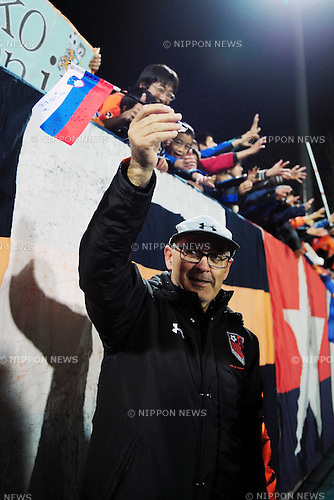 Zdenko Verdenik (Ardija),.NOVEMBER 24, 2012 - Football / Soccer :.Omiya Ardija head coach Zdenko Verdenik acknowledges fans after the 2012 J.League Division 1 match between Omiya Ardija 2-0 Jubilo Iwata at NACK5 Stadium Omiya in Saitama, Japan. (Photo by AFLO)