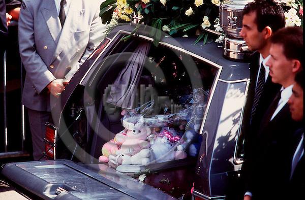 SPECIAL BT--FILEPHOTO--Belgiens konge Albert II, er gået ind i debatten om rets- og politivaesnet i landet. Hele historien begyndte med Julie og Melissa, der blev ofre for en paedofilmorder. Her den ene kiste ved begravelsen i Liege AUG. 22, 1996.
