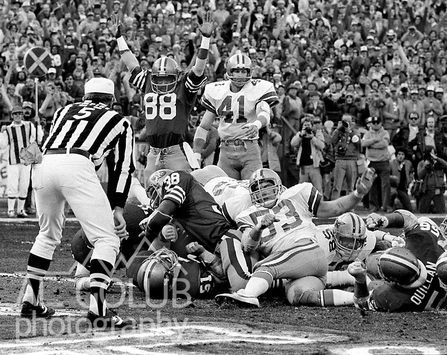San Francisco 49ers vs.Dallas Cowboys at Candlestick Park Sunday, January 10. 1982..49ers beat Cowboys 28-27 for Conference Championship..San Francisco Running Back Johnny Davis (38) makes touchdown...Photo By Al Golub/Golub Photography.