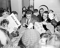 Sujet : Gilbert Becaud signant des disques a la Compagnie Paquet , Québec<br /> Date : 24 février 1961<br /> Photographe : Photo Moderne<br /> - Agence Quebec Presse