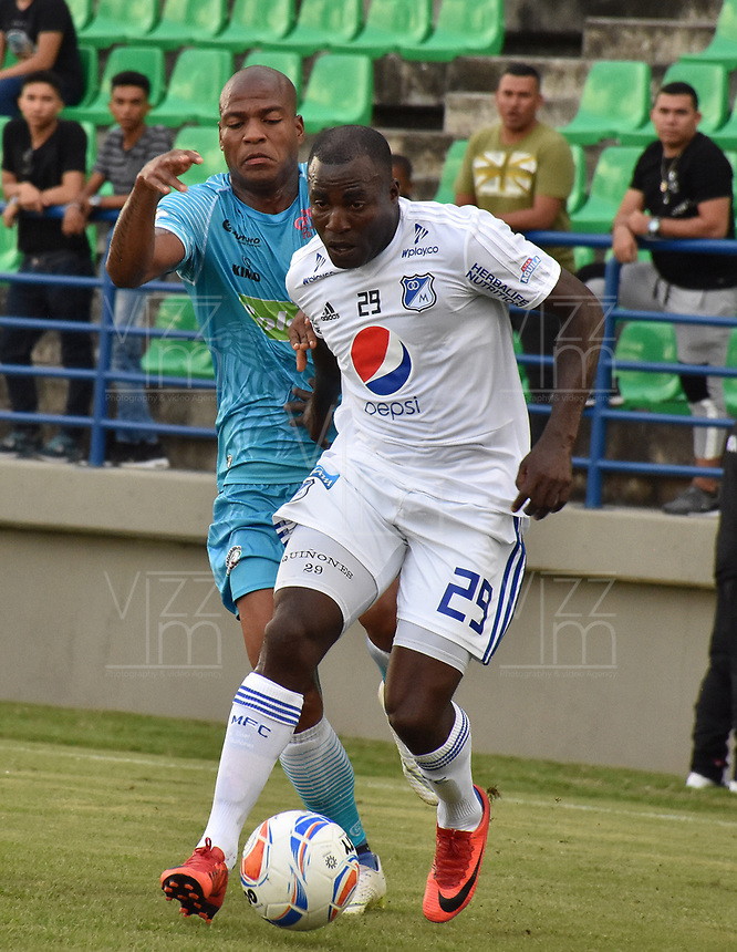 MONTERIA - COLOMBIA, 15-09-2018: Alexis Hinestroza (Izq) jugador de Jaguares de Córdoba disputa el balón con Eliser Quiñonez (Der) jugador de Millonarios durante partido por la fecha 10 de la Liga Águila II 2018 jugado en el estadio Municipal de Montería. / Alexis Hinestroza (L) player of Jaguares of Cordoba vies for the ball with Eliser Quiñonez (R) player of Millonarios during a match for the date 10 of the Liga Aguila II 2018 at the Municipal de Monteria Stadium in Monteria city. Photo: VizzorImage / Andres Felipe Lopez / Cont