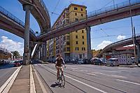 Un ciclista percorre un tratto di strada priva di pista ciclabile. Roma &egrave; una delle citt&agrave; con il minor numero di piste ciclabili.<br /> Cycling in Rome.