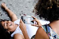 """RIO DE JANEIRO,RJ, 14.01.2019 - PROTESTO-RJ Manifestantes realizam ato artístico contra a censura do Governador Wilson Witzel a Exposição Literatura Exposta, e contra a performance artistica que aconteceria no ultimo sábado dia 12, na casa França Brasil, do Coletivo """"És Uma Maluca"""" intitulada """" A Voz do ralo é a voz de Deus"""" que faz alusão ao periodo de ditadura militar no Brasil, região central do Rio de Janeiro, na tarde desta segunda-feira, 14 (Foto: Vanessa Ataliba/Brazil Photo Press)"""