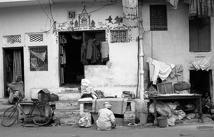 12.2010 Varanasi (Uttar Pradesh)<br /> <br /> Two ladies and one man in front of their houses.<br /> <br /> Deux femmes et un homme face aux entrées de leurs maisons.