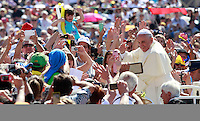 Papa Francesco saluta i fedeli al suo arrivo all'udienza generale del mercoledi' in Piazza San Pietro, Citta' del Vaticano, 4 giugno 2014.<br /> Pope Francis waves to faithful as he arrives for his weekly general audience in St. Peter's Square at the Vatican, 4 June 2014.<br /> UPDATE IMAGES PRESS/Isabella Bonotto<br /> <br /> STRICTLY ONLY FOR EDITORIAL USE