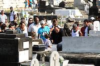Rio de Janeiro,17 de  junho de 2012 - O corpo da irmã de Angela Bismarchi,escrivã da polícia federal, Angelina Filgueiras dos  santos, de 42 anos é enterro no início da  tarde deste domingo(17) no cemitério de inhaúma, zona norte do Rio de Janeiro.<br /> Guto Maia / Brazil Photo Press