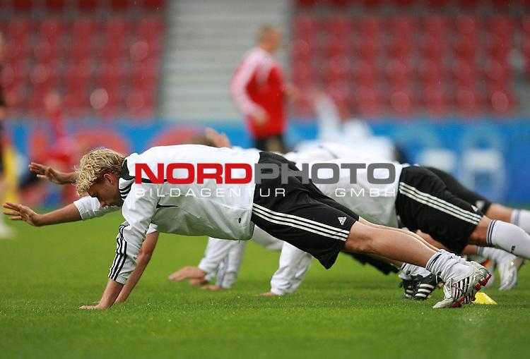 UEFA Euro 2008 Group B Klagenfurt - W&ouml;rthersee Match Abschlusstraining Deutschland Stadion Woerthersee<br /> <br /> vorne Simon Rolfes (Germany / Mittelfeldspieler / Midfielder /  Bayer 04 Leverkusen #06) <br /> <br /> <br /> Foto &copy; nph (  nordphoto  )<br /> <br /> <br /> <br />  *** Local Caption ***