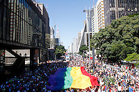 SAO PAULO, SP, 04.05.2014 - PARADA DO ORGULHO LGBT - Participante abrem a badeira  durante o Festival do  Orgulho LGBT na tarde deste Domingo, 4 na Avenida Paulista, regiao central da  cidade de São Paulo. (Foto: Andre Hanni /Brazil Photo Press).