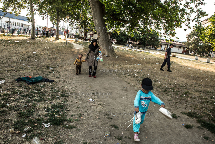 Migranti nel parco della stazione dei bus di Belgrado. Migrants on the bus station park in Belgrade Beograd<br />
