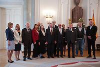 Berlin, Bundespräsident Joachim Gauck (7.v.r.) am Montag (17.06.13) im Schloss Bellevue mit Zeitzeugen aus Anlass des 60. Jahrestages des Volksaufstands vom 17. Juni 1953 bei einem Fototermin. Foto: Steffi Loos/CommonLens