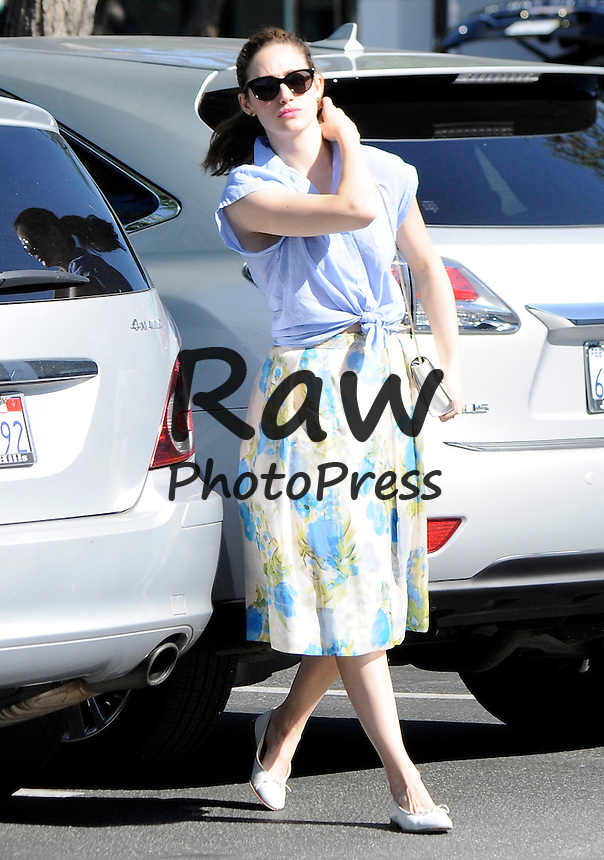 Emmy Rossum ha hecho la compra en Bristol Farms.<br /> <br /> Photo &copy; 2015 SMJ/The Grosby Group<br /> <br /> Los Angeles, CA - April 27, 2015.<br /> <br /> Emmy Rossum shops for her groceries at Bristol Farms.