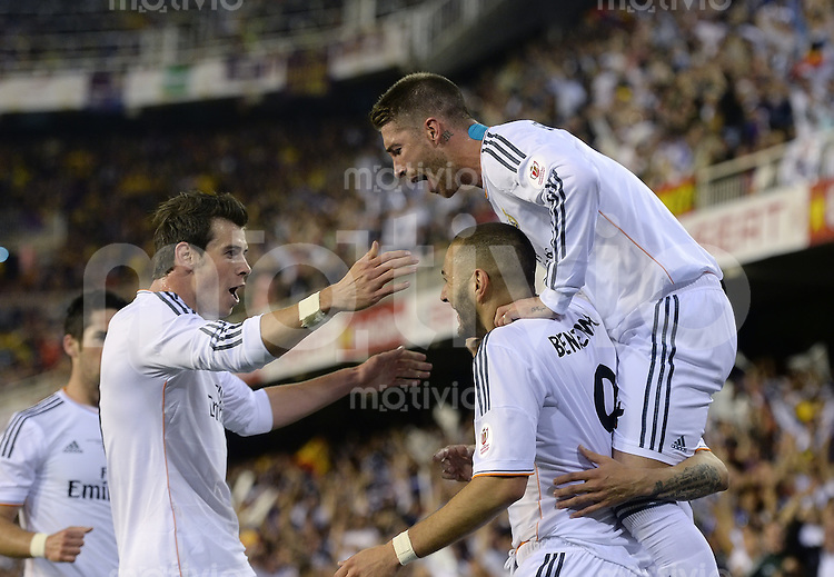 FUSSBALL  INTERNATIONAL Copa del Rey FINALE  2013/2014    FC Barcelona - Real Madrid            16.04.2014 JUBEL Real Madrid; Gareth Bale, Sergio Ramos auf den Schultern von Karim Benzema (v.li.)