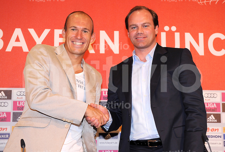 FUSSBALL     1. BUNDESLIGA     SAISON 2009/2010     29.08.2009 4 . Spieltag : FC Bayern Muenchen - VfL Wolfsburg Arjen Robben mit Christian Nerlinger geben sich die Hand