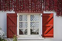Europe/France/Aquitaine/64/Pyrénées-Atlantiques/Pays-Basque/Espelette: Séchage des piments d'Espelette aux facades des maisons du village