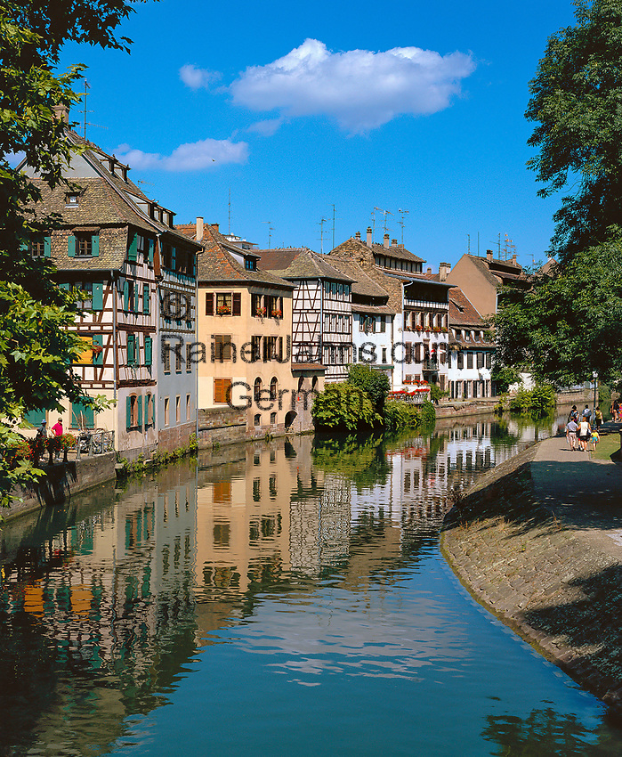 France, Alsace, Department Bas-Rhin, Strasbourg: Tanner's Quarter - La Petite France at river Ill   Frankreich, Elsass, Départements Bas-Rhin, Strassburg: das Gerberviertel, La Petite France, Klein Frankreich, an der Ill