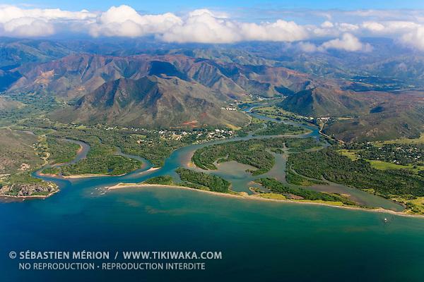 Village de Houaïlou et l'embouchure de sa rivière, côte Est, Nouvelle-Calédonie
