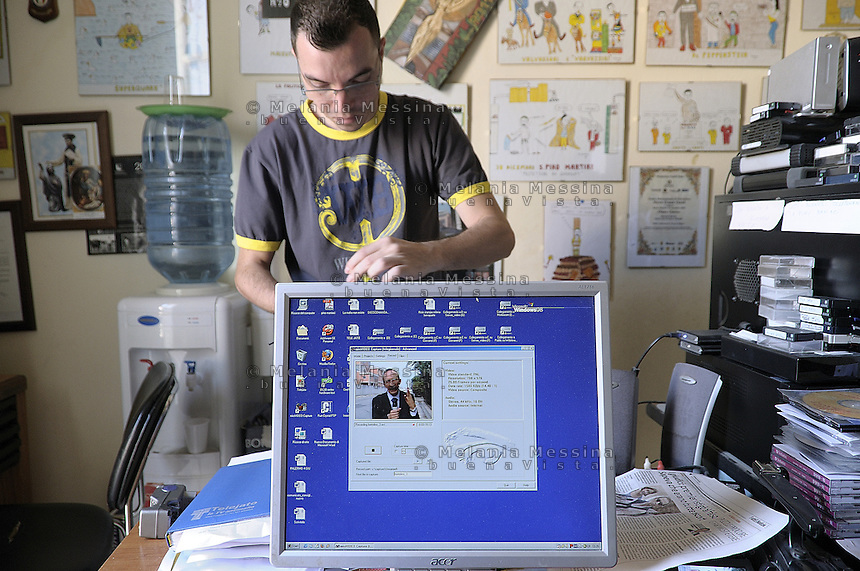 Partnico: collaborator of the antimafia journalist Pino Maniaci in Telejato office.<br /> Partnico: collaboratore di Pino Maniaci  negli uffici di Telejato.