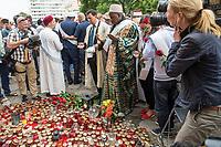 """Der """"Marsch der Muslime gegen Terrorismus"""" am Sonntag den 9. Juli 2017 in Berlin.<br /> Etwa sechzig Imame aus Frankreich und anderen europaeischen Laendern, darunter auch sechs Imame aus Berlin werden ab dem 9. Juli 2017 in europaeische Staedte fahren, wo es in den letzten Jahren besonders schwere islamistisch motivierte Terroranschlaege gegeben hat.In Berlin versammelten sie sich zusammen mit Mitgliedern der christlichen und juedischen Gemeinde an der Kaiser-Wilhelm-Gedaechtnis-Kirche in Berlin-Charlottenburg wo im Dezember 2016 einen Anschlag auf den Weihnachtsmarkt gegeben hatte.<br /> Der franzoesische Imam Hassen Chalghoumi aus dem Pariser Vorort Drancy engagiert sich seit vielen Jahren fuer ein friedliches Miteinander der Religionen, insbesondere im Verhaeltnis der Muslime zum Judentum. Zusammen mit seinem Freund, dem juedischen Schriftsteller Marek Halter, der seit Jahrzehnten in gleicher Weise engagiert ist hat er den """"Marche des musulmans contre le terrorisme"""" initiert. Sie wollen nach Bruessel, Paris, St.-Etienne-du-Rouvray, Toulouse und Nizza und dort oeffentlich fuer die Opfer beten und gegen einen Missbrauch des Islam durch Terroristen und menschenfeindliche Gruppen eintreten.<br /> Die Evangelische Kirche Berlin-Brandenburg-schlesische Oberlausitz unterstuetzt das Anliegen der """"Marche des musulmans contre le terrorisme"""". Der Landesbischof Dr. Markus Droege hat an dem Gebet der Muslime auf dem Breitscheidplatz als Gast teilgenommen und einen Segen fuer die Teilnehmer ausgesprochen.<br /> 9.7.2017, Berlin<br /> Copyright: Christian-Ditsch.de<br /> [Inhaltsveraendernde Manipulation des Fotos nur nach ausdruecklicher Genehmigung des Fotografen. Vereinbarungen ueber Abtretung von Persoenlichkeitsrechten/Model Release der abgebildeten Person/Personen liegen nicht vor. NO MODEL RELEASE! Nur fuer Redaktionelle Zwecke. Don't publish without copyright Christian-Ditsch.de, Veroeffentlichung nur mit Fotografennennung, sowie gegen Honorar, MwSt. und Beleg. Konto: """