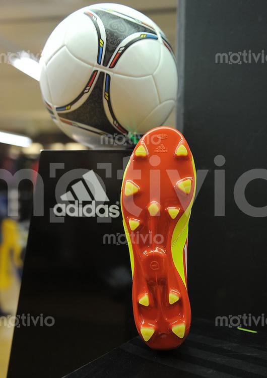 FUSSBALL    08.12.2012 Adidas Schuh adizero F 50 miCoach mit integrierten Cip in der Sohle mit dem Euro Ball Tango 12