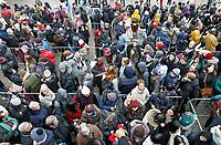 Nederland Amsterdam - 20 januari 2018.  Nationale Tulpendag. De opening van het tulpenseizoen. Op de Dam in Amsterdam wordt de officiële aftrap van het tulpenseizoen gegeven. De opening van het tulpenseizoen wordt georganiseerd door Nederlandse tulpenkwekers. In een speciaal aangelegde pluktuin op de Dam kan iedereen gratis tulpen plukken. Voor de ingang staat een lange rij.  Foto Berlinda van Dam / Hollandse Hoogte