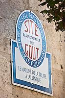 Europe/Europe/France/Midi-Pyrénées/46/Lot/Lalbenque:  Lalbenque est considéré comme la capitale de la truffe noire du Quercy. Panneau Site Remarquable du Goût