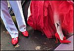 Nederland, Zeist, 20-10-2010  René Hoksbergen (48) die tijdens een Twitterevenement  Jannetta Dorsman (44) ten huwelijk vroeg zijn vandaag getrouwd. Op de panty van de bruid staat het twitter symbool en de tekst follow me.Het is de eerste volledig gecrowdsourcede en gecrowdfunde bruiloft  Het huwelijk van de twee twitteraars is uitgegroeid tot een benefietfeest met als goed doel: Stichting Pink Ribbon. Voorafgaand en tijdens het feest voor twitteraars kan men doneren en ook de opbrengst van de speciaal hiervoor ingerichte webshop en drankverkoop gaat naar Pink Ribbon. FOTO: Gerard Til / Hollandse Hoogte
