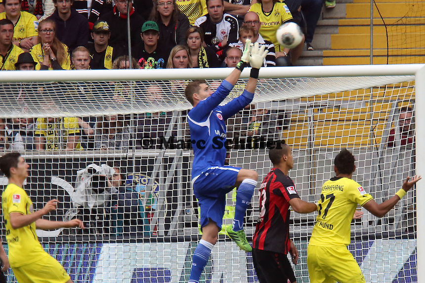 Kevin Trapp (Eintracht) haelt - Eintracht Frankfurt vs. Borussia Dortmund