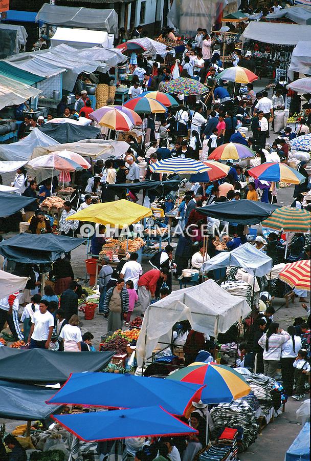 Feira de artesanato em Otavalo, Equador. Foto de Juca Martins. Data. 1997.