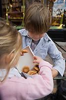 Europe/France/Aquitaine/64/Pyrénées-Atlantiques/Pays Basque/ Saint-Jean-de-Luz:  Enfant  et macarons de chez Adam-Les enfants sont habillés par: Arsène  et les Pipelettes( Styliste: Chloé de Bailliencourt)-AUTO N°:8001